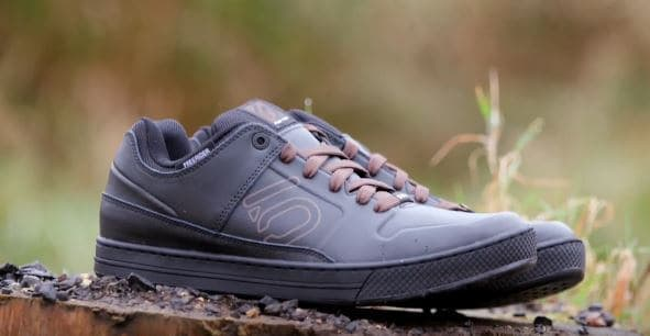 Flat pedal shoes for mountain biking in winter